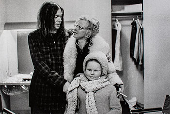 Neil Young with step-mother Astrid, and half-sister Astrid, backstage at Massey Hall, January 19, 1971 par Joan Latchford